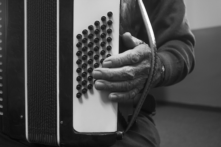 Un alumno de 86 años que toca el acordeón